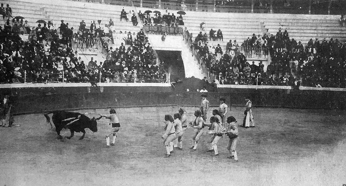 Býk vs. Josef Šmejkal při lisabonské koridě. (Archiv města Mnichovic)