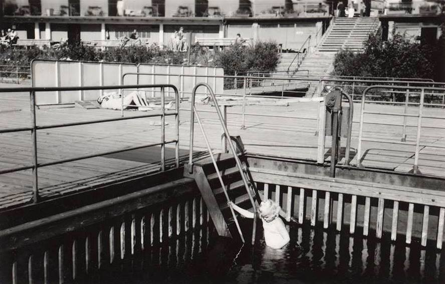 Plovoucí bazén s mělkým dnem pro neplavce.