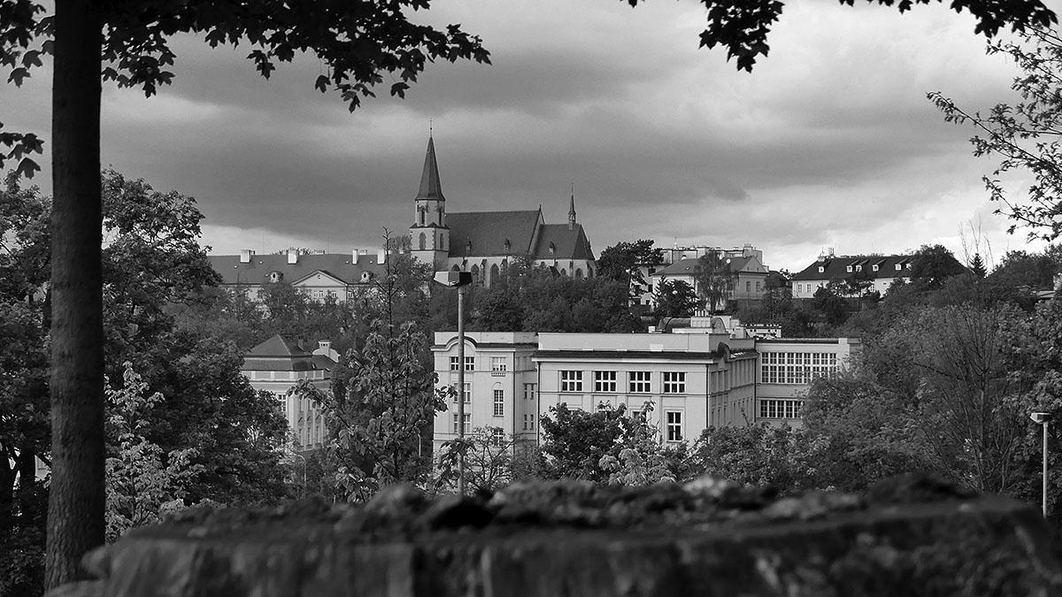 Ozdobou panoramatu je kostel sv. Apolináře s budovou Hlavova patologického ústavu v údolí.
