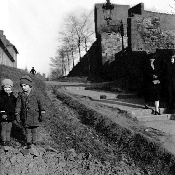Vrchní konec schodiště v Horské ulici u vstupu do Ztracenky. Foceno roku 1927.