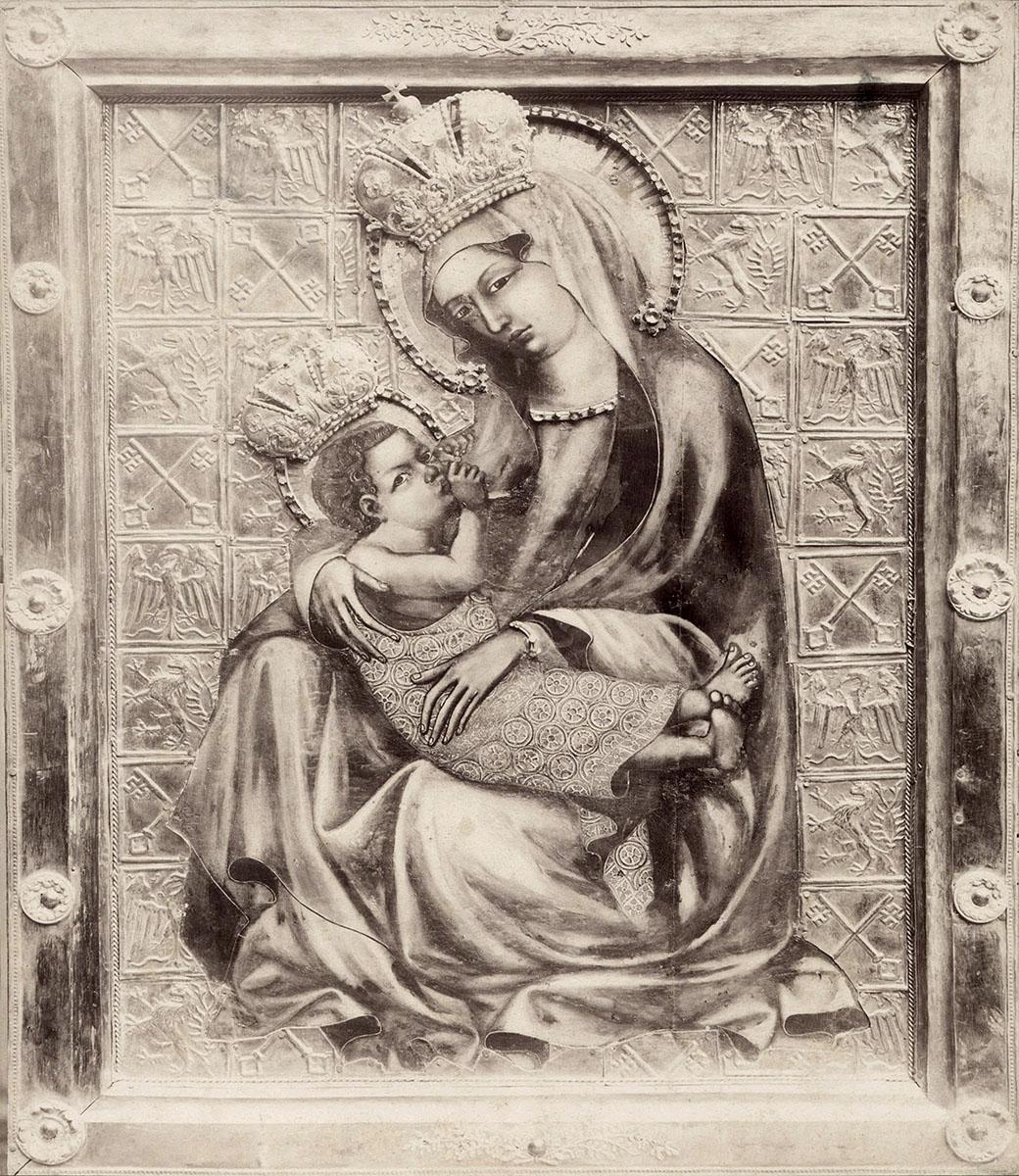 Vyšehradská bohorodička patří k tzv. madonám kojícím, přestože má prs cudně zahalený pláštěm. Zpodobněna je uprostřed rozkvetlé louky, která byla ovšem o pár desítek let překryta stříbrným příkrovem se znaky Vyšehradské kapituly. O pár století později se pak Ježíšek i Panna Marie dočkali také stříbrných korunek. Oba tyto doplňky byly ovšem z obrazu sňaty a madona se tak dnes představuje ve své původní podobě.