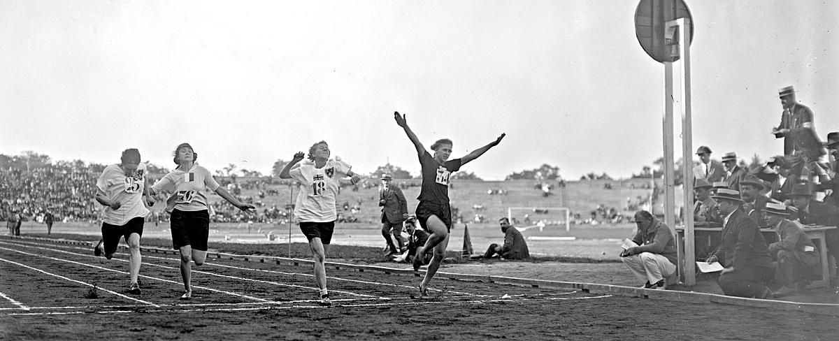 - První ročník Ženských světových her se odehrál roku 1922 v Paříži. Marie Mejzlíková II na nich vyhrála závod na 60 metrů. Na snímku právě předvádí svůj proslavený skok do cíle, kvůli němuž byla přirovnávána k americkému sprinterovi Charlesi Paddockovi.