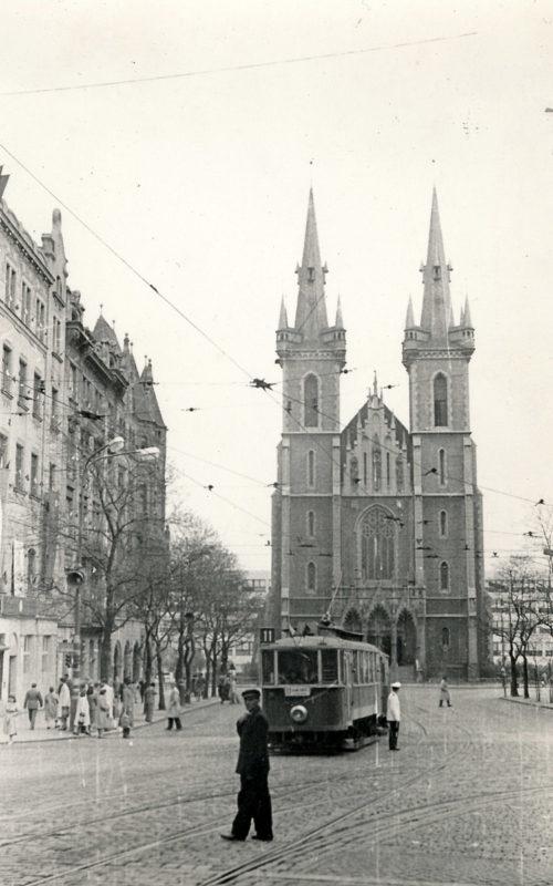 Strossmayerovo náměstí s kostelem sv. Antonína