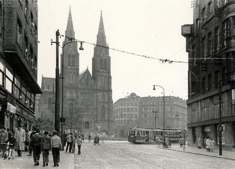 Náměstí Míru s kostelem sv. Ludmily