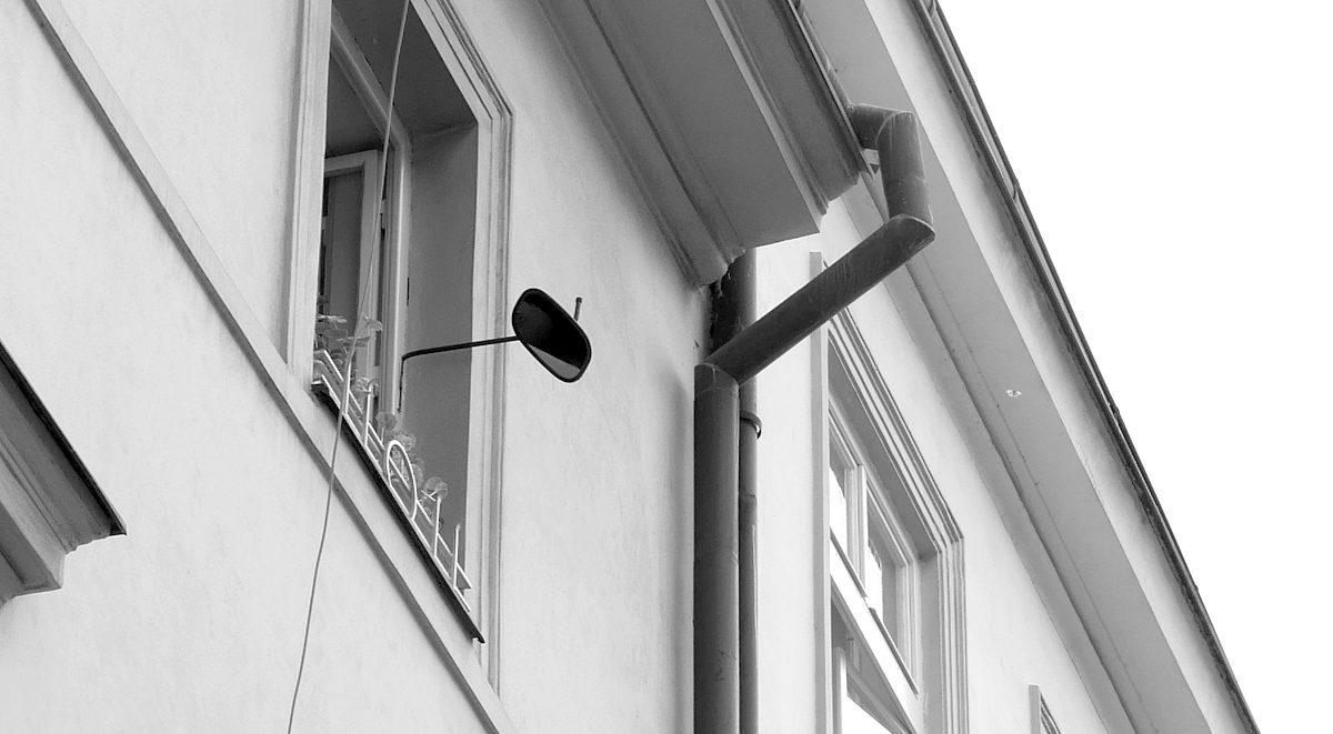 Zrcátko v okně Na Zderaze