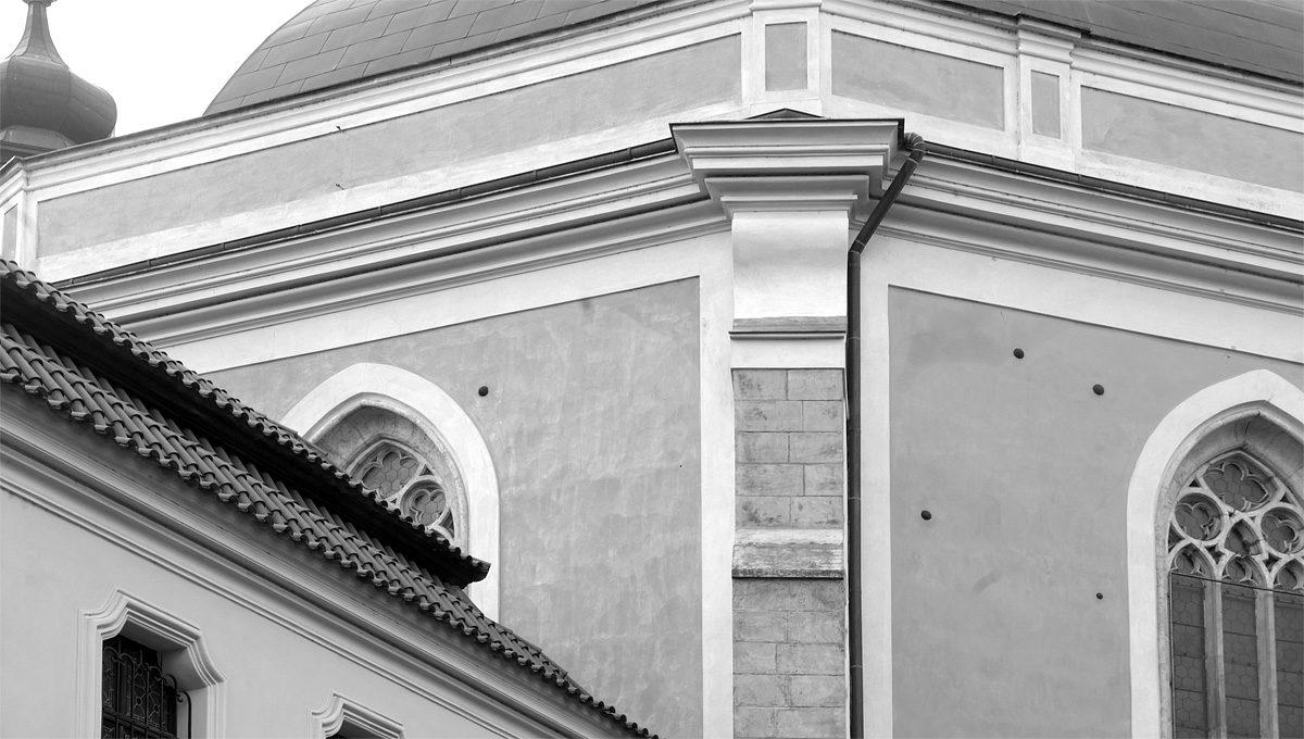 Dělové koule ve fasádě kostela na Karlově
