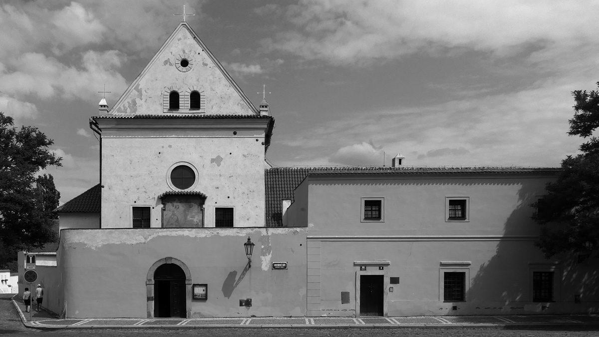 Dělové koule ve fasádě kostela Panny Marie Andělské na Hradčanech