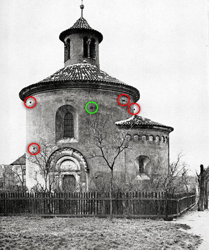 Dělové koule ve zdech rotundy sv. Martina