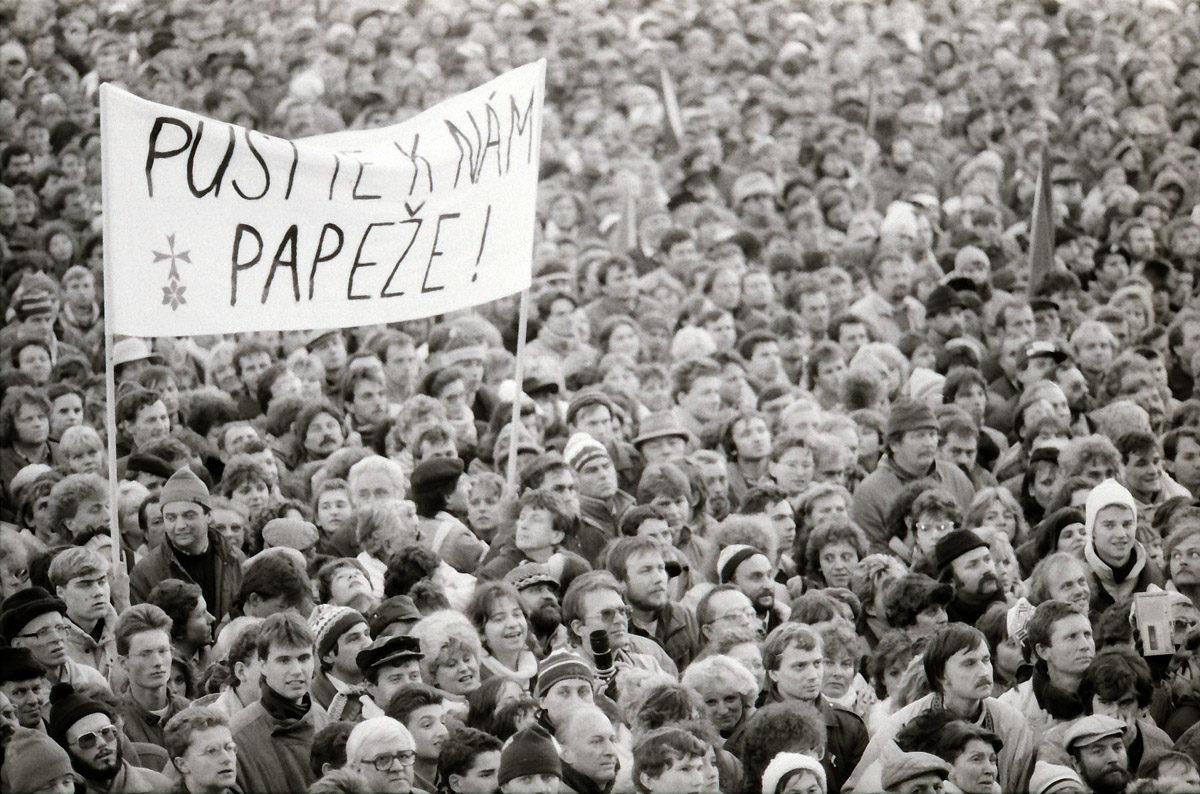 Sametová revoluce - transparent Pusťte k nám papeže