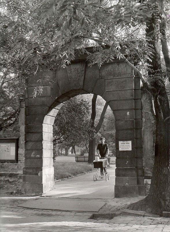 Vyšehrad, 1975 - brána z portálů vyhořelé zbrojnice
