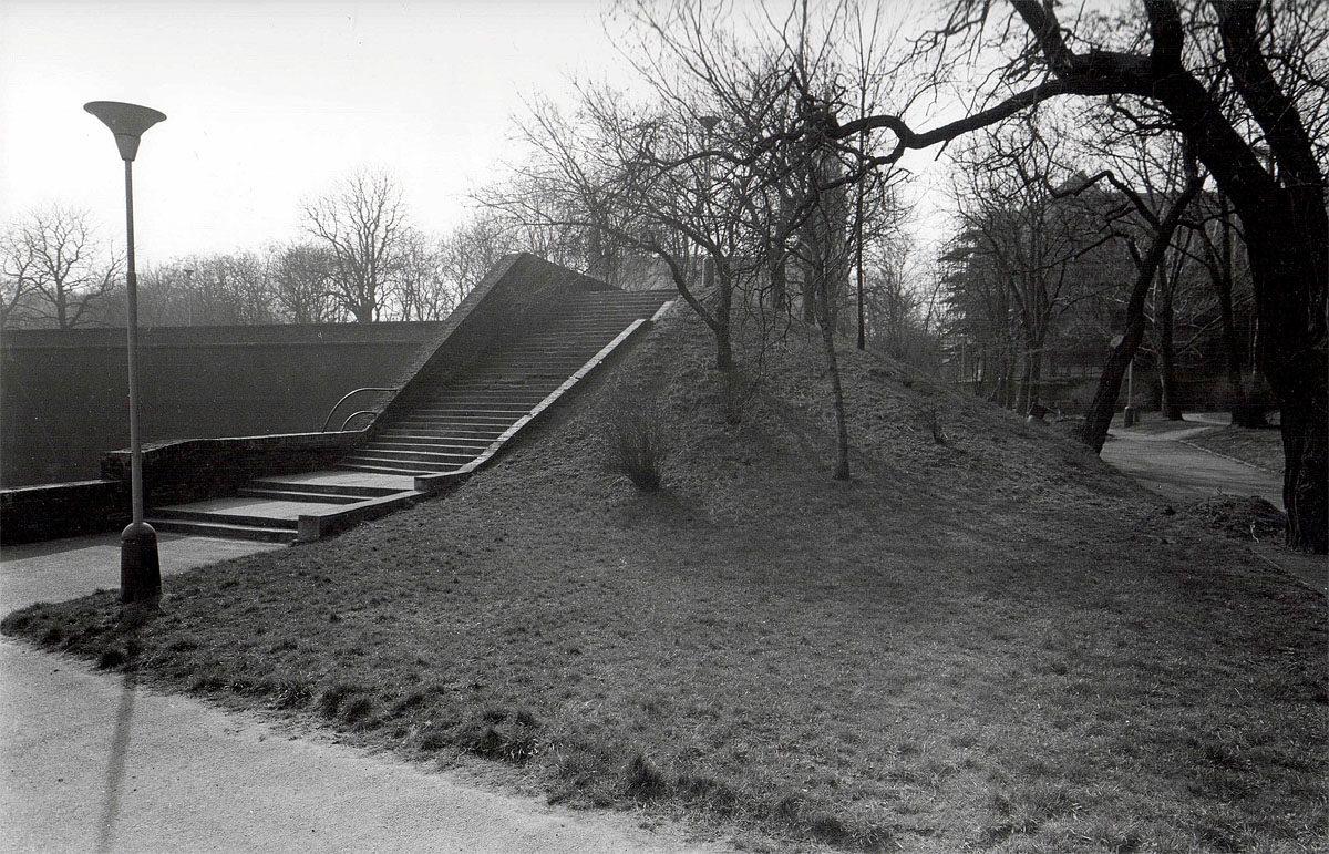Vyšehrad, 1975 - hradby u Štulcových sadů