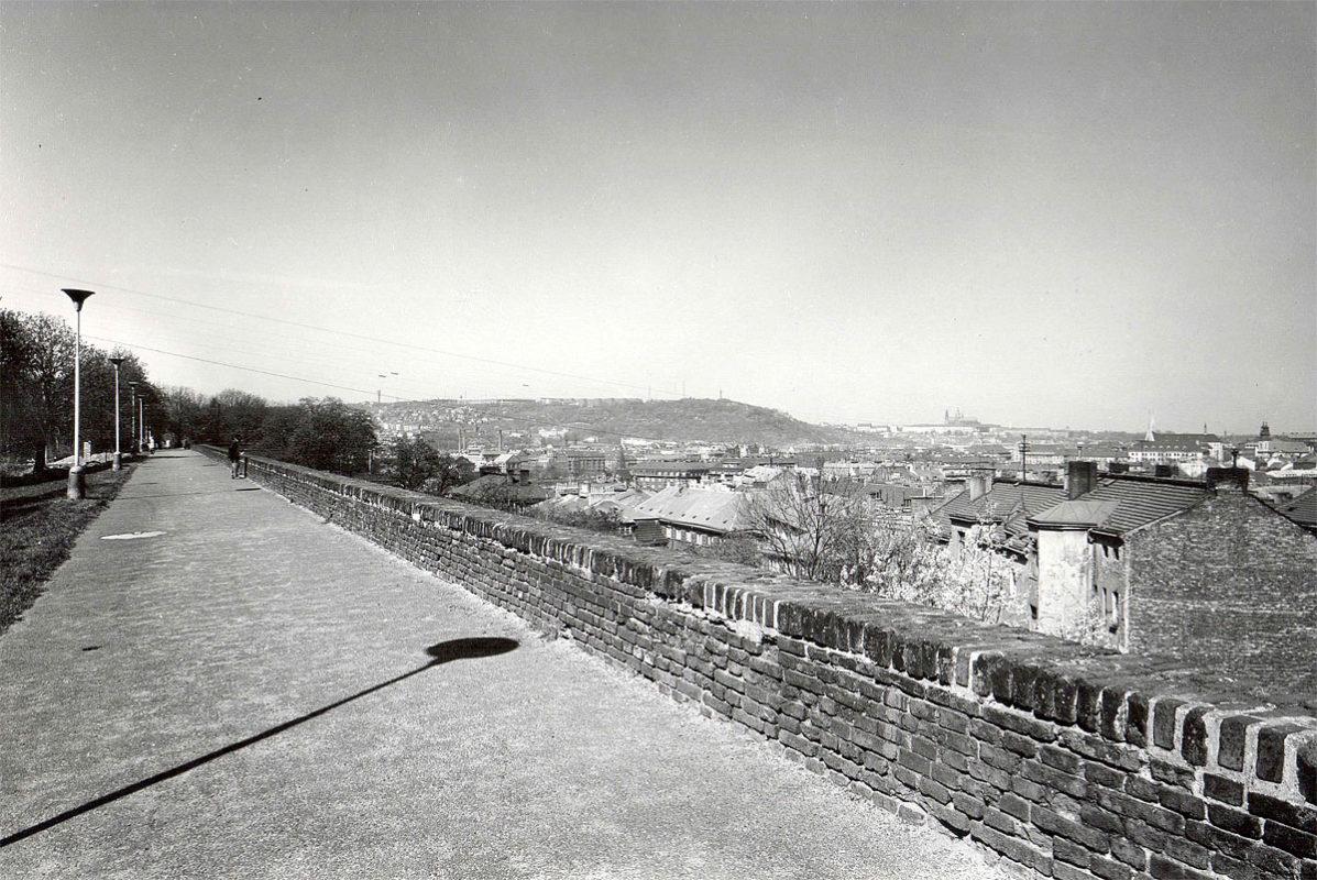 Vyšehrad, 1975 - hradby nad Cihelnou bránou