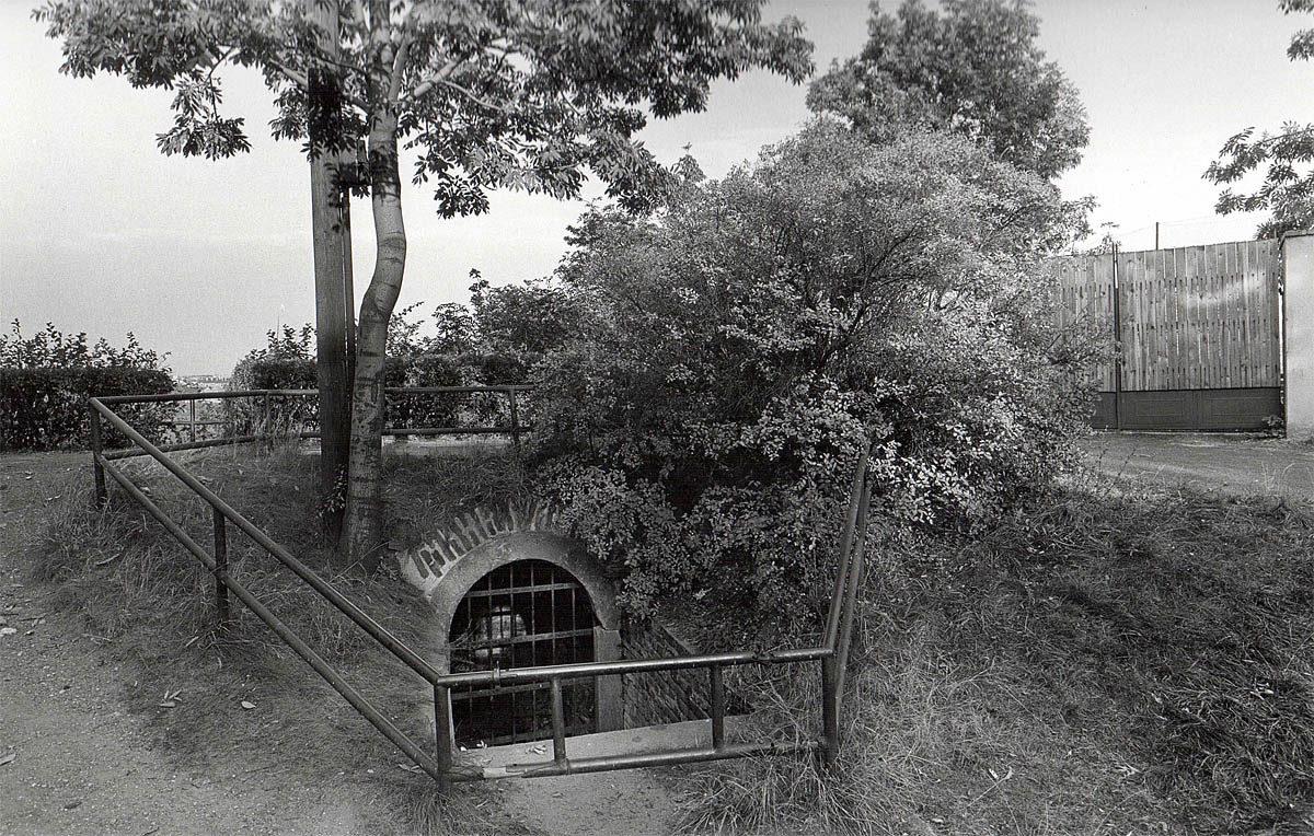 Vyšehrad, 1975 - vchod do kasemat za rotundou sv. Martina