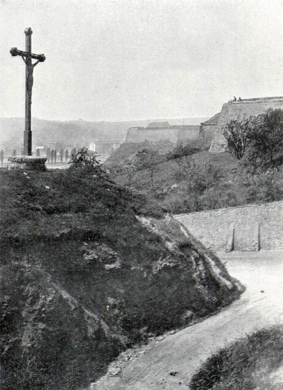 Kříž v podolském svahu poblíž vyšehradských hradeb