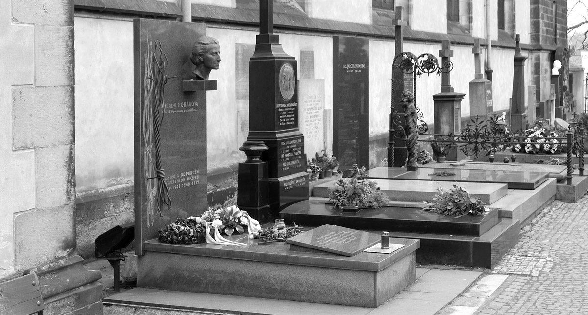 Hrob Milady Horákové na Vyšehradském hřbitovu.