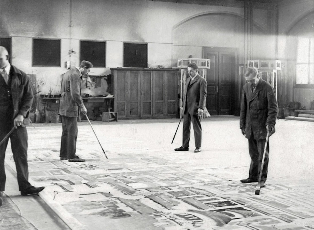 Zaměstnanci malírny Národního divadla při práci