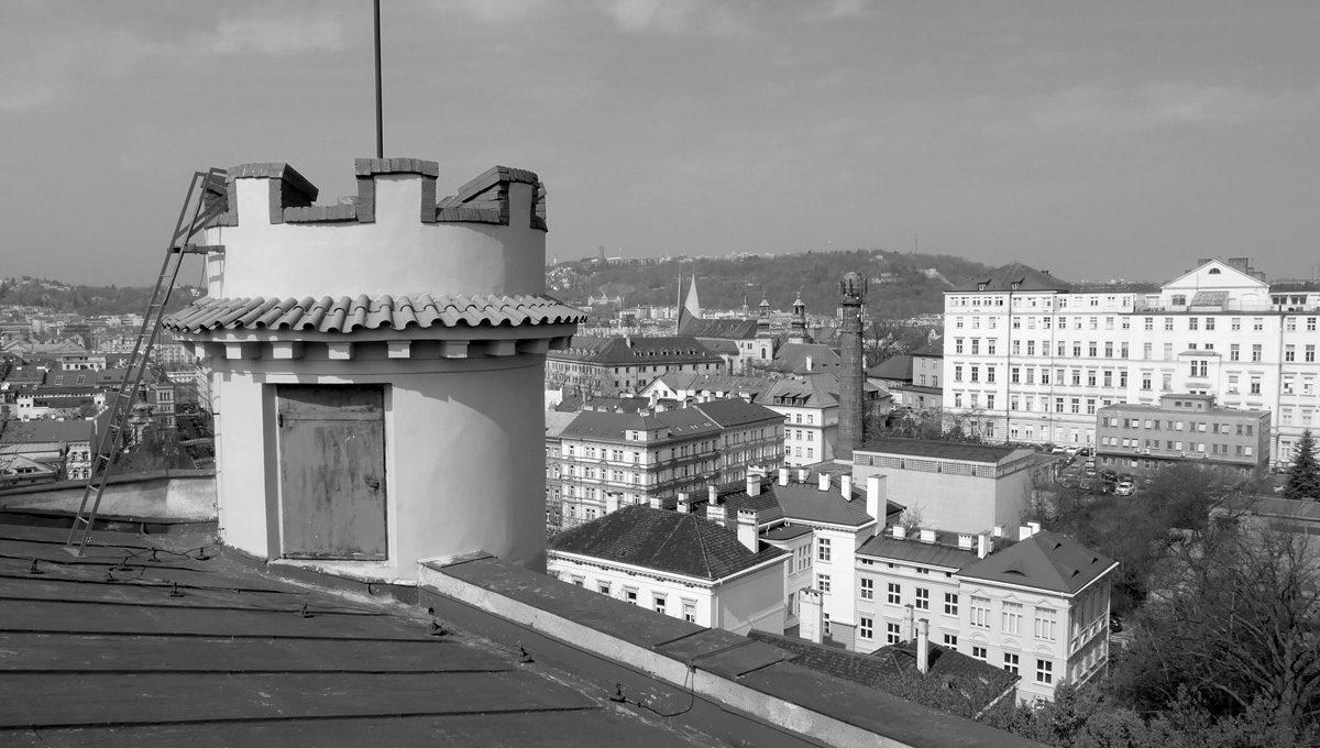 Věžička s cimbuřím na budově malírny Národního divadla