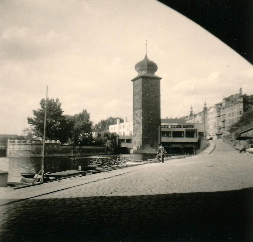 Náplavka u Mánesa, 1941