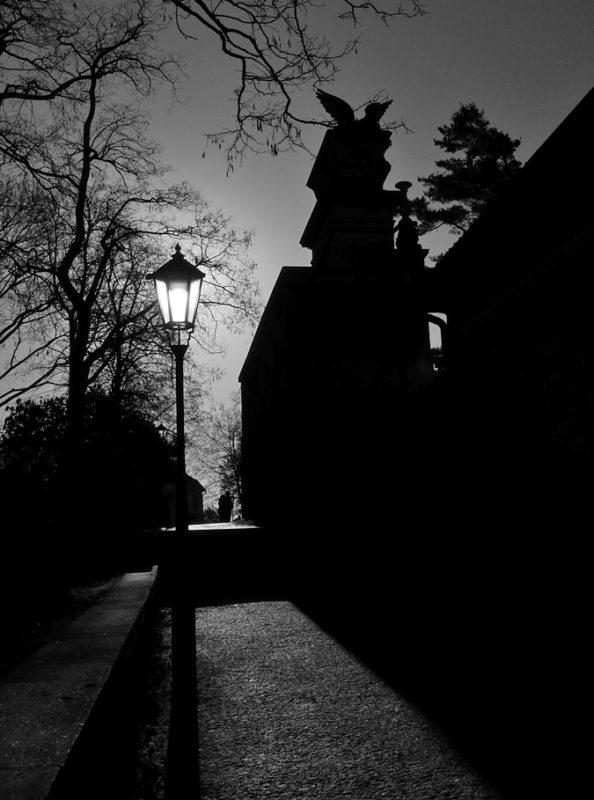 Historizující vyšehradská lampa u Slavína