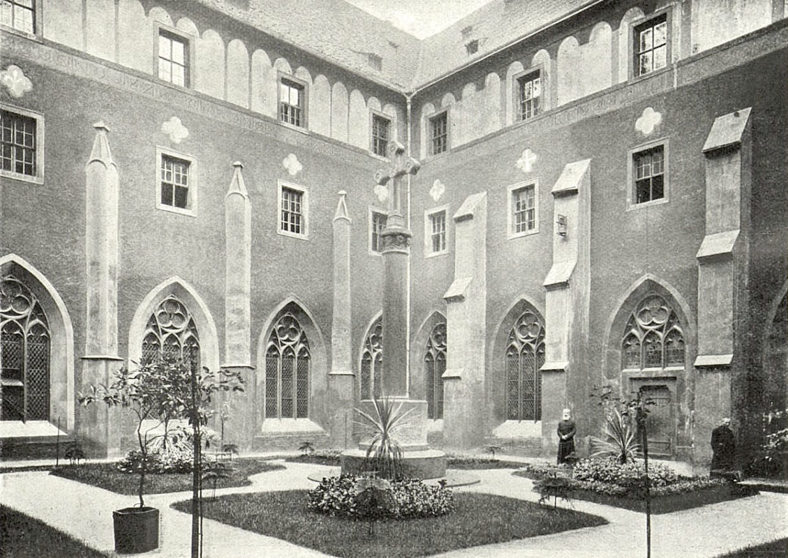 Emauzský klášter, Emauzy – Klášterní nádvoří