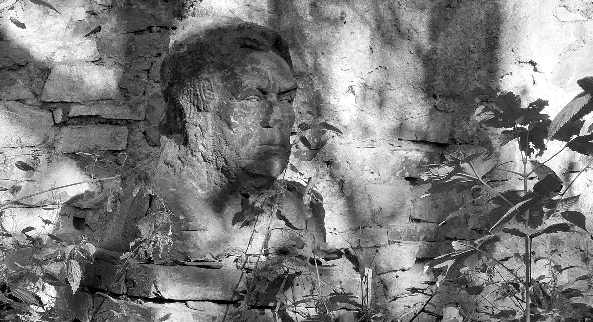 Busta v Rybářské ulici v Podolí
