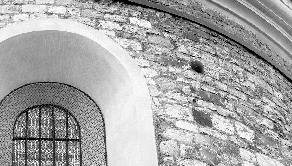 Rotunda sv. Martina – zazděná dělová koule
