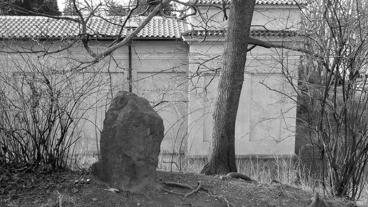 Novodobý menhir v Karlachových sadech