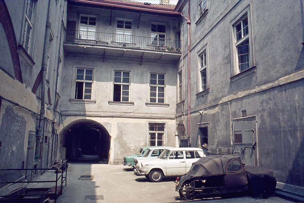 Pražský dvorek, 1975