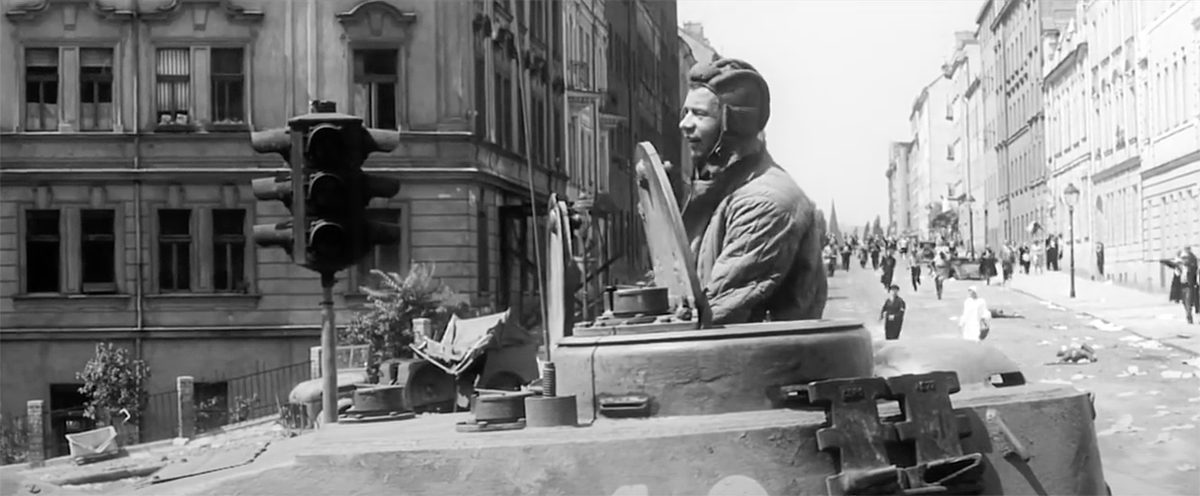 Tankista Vladimír Menšík na konci ulici Marie Cibulkové ve filmu Maratón