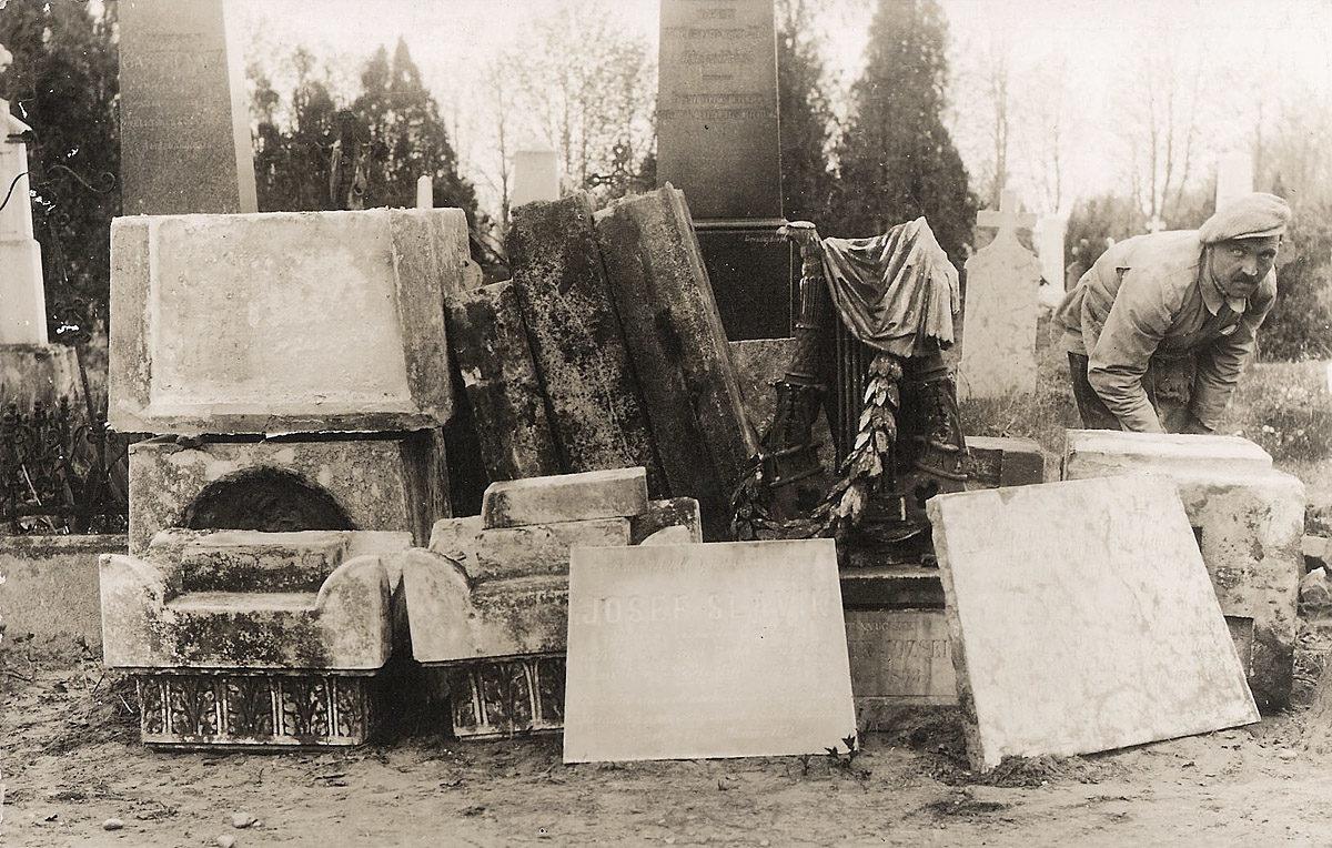 Josef Slavík, náhrobek