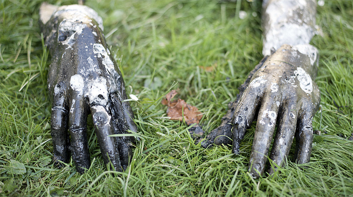 Vykopané sádrové ruce sochy Jaroslava Hladkého